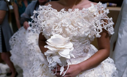 美国设计师巧手令厕纸变梦幻婚纱 独特创意获赞