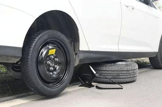 """修车使用千斤顶,最容易让底盘损坏的5个""""坑"""""""