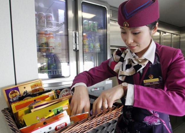 高铁动车乘务员一个月工资大概多少?